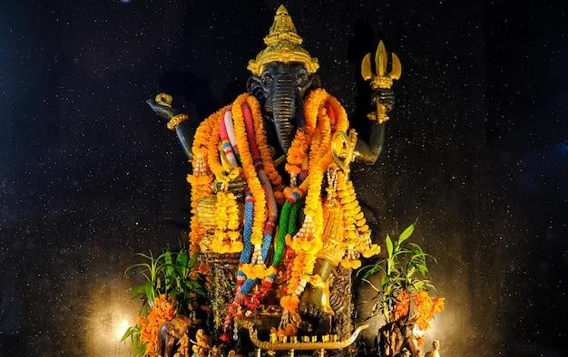 Statue von gott ganesha mit blumen geschmückt