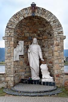 Statue von jesus christus im öffentlichen platz des goshiv-klosters in goshiv ukraine