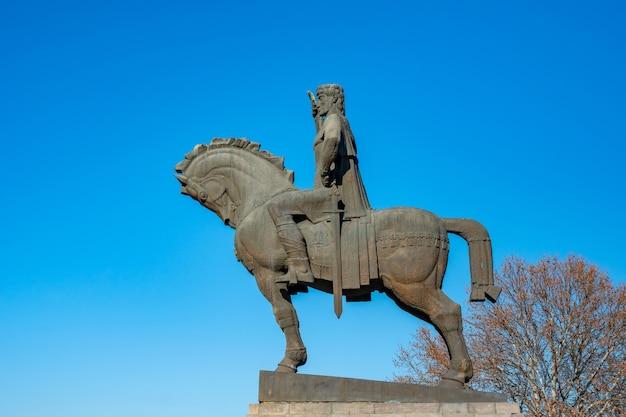 Statue von könig wachtang gorgasali in tiflis. georgia