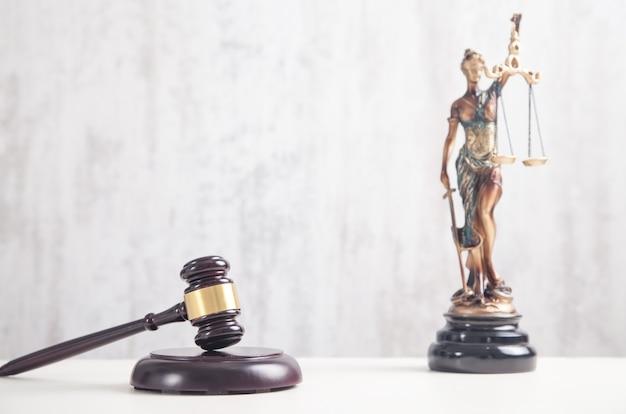 Statue von lady justice und hammer. recht und recht