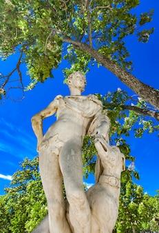 Statue von les jardins de la fontaine in nimes, frankreich