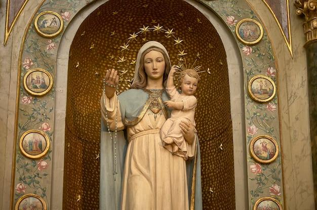 Statue von maria mit einem jesuskind, symbol der katholischen und christlichen religion.