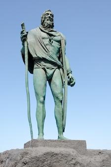 Statue von pelinor, einem guanchenhäuptling oder einem mencey