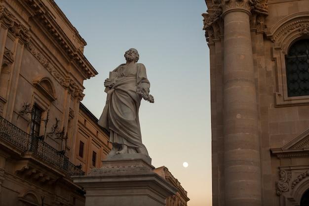 Statue von st. peter, kathedrale von syrakus
