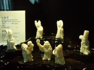 Statuen hinter glas