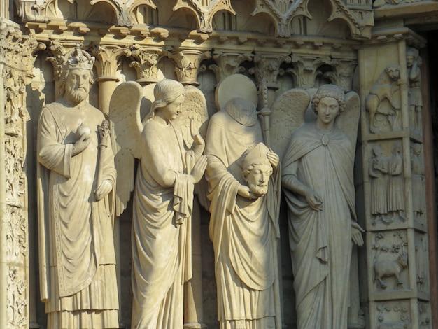 Statuen in der kirche notre dame