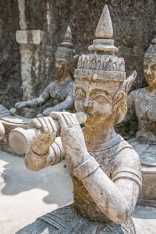 Statuen und wasserfall in einem steingarten auf koh samui