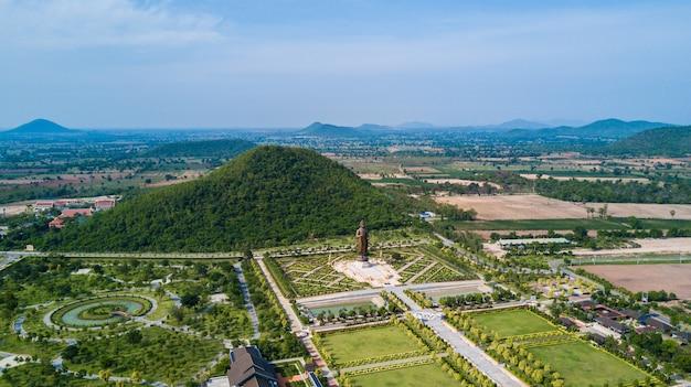 Statuen von buddha bei wat thipsukhontharam, provinz kanchanaburi, thailand