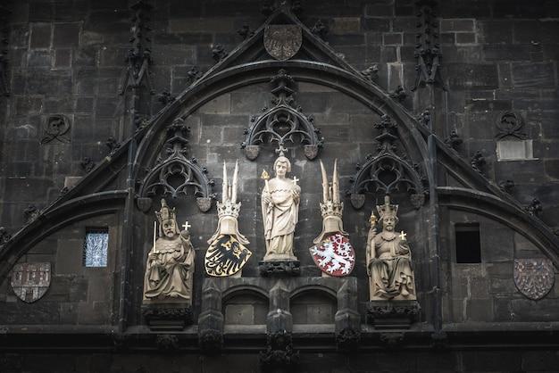 Statuen von kaiser karl iv., st. vitus und könig wenzel iv