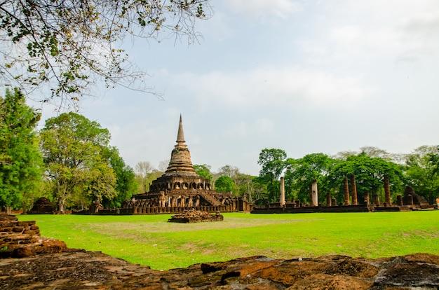 Statuen von sukhothai wat mahathat buddha in der alten hauptstadt von wat mahathat von sukhothai