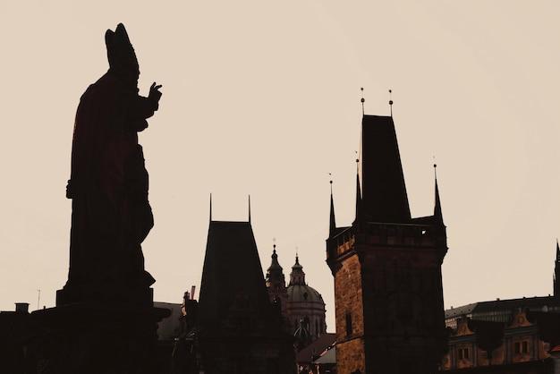 Statuensilhouette an der karlsbrücke. prag, tschechische republik