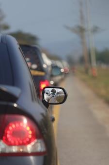 Stau auf der autobahn, verkehrsstau während der hauptverkehrszeit konzept des reisens.