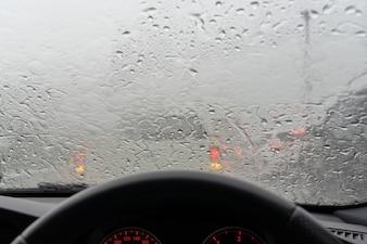 Stau beim Fahren im starken Regen