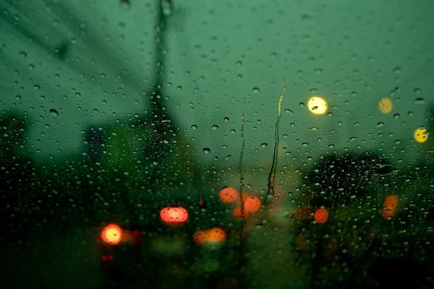 Stau im auto unterwegs, reisen im urlaub, rushhour und viele autos