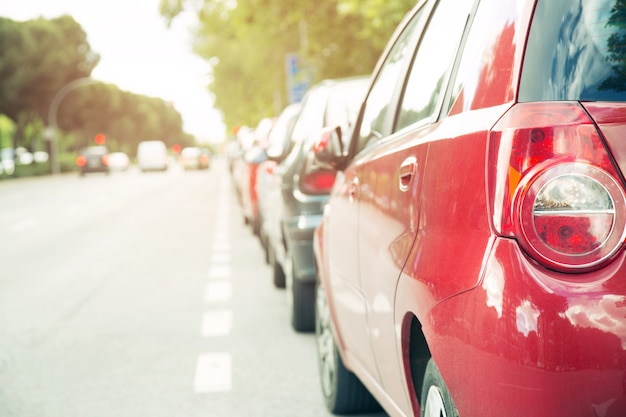 Stau in einer stadtstraßenstraße autoreihe auf schnellstraße in der hauptverkehrszeit. ampeln. parkendes auto. verkehrsverkehrskonzept.