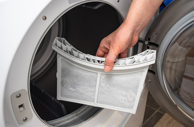 Staub und schmutz vom wäschetrocknerfilter eingeschlossen.