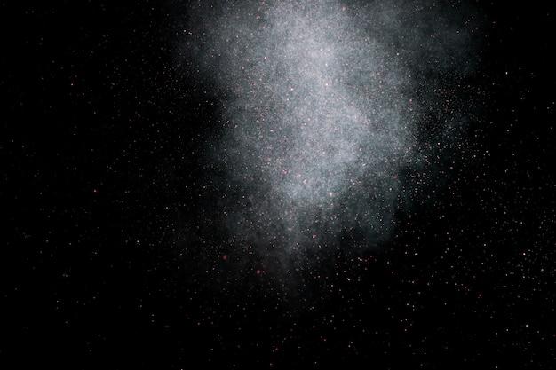Staubexplosion auf einem schwarzen hintergrund