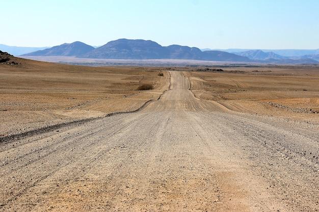 Staubige straße der afrikanischen wüste