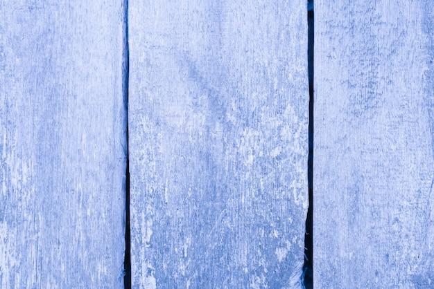Staubiger blauer hintergrund von hölzernen brettern