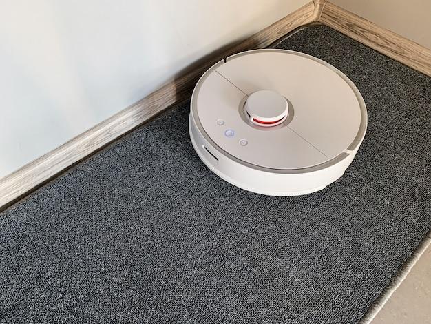 Staubsaugerroboter läuft auf dem boden in einem wohnzimmer.