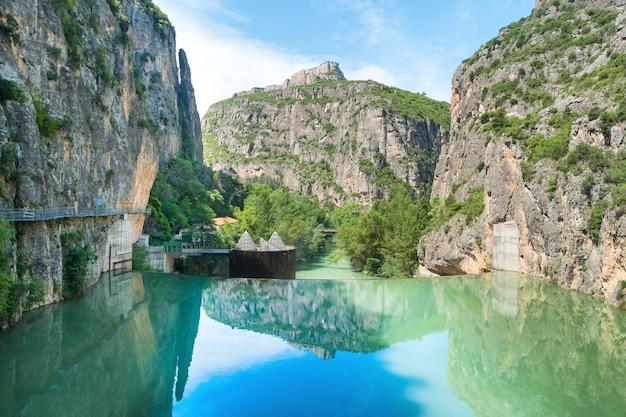 Staudamm am fluss segre mit blauem wasser in den bergen
