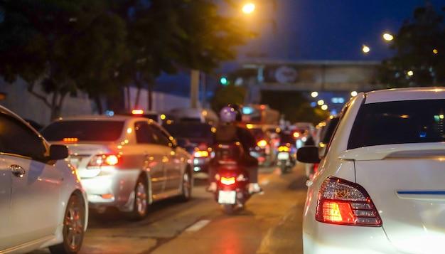 Staus in der stadt mit der reihe von autos auf der straße in der nacht