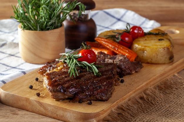 Steak auf einem hölzernen schneidebrett