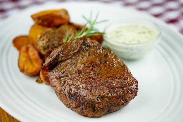 Steak auf einem restauranttisch