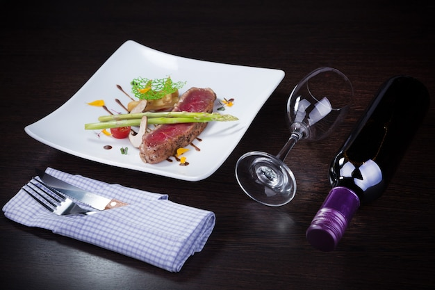Steak-dinner mit wein.