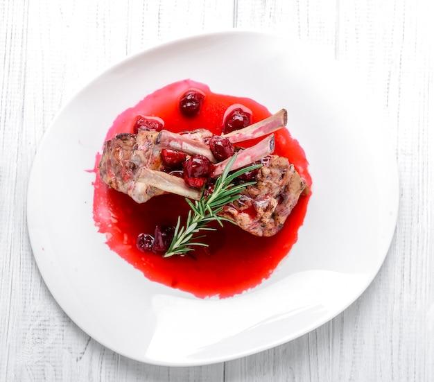Steak entrecote schweinefleisch mit kirschsauce