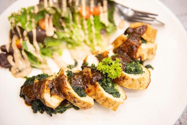 Steak huhn mit gemüse kräutergewürzen schwarzer pfeffer mais geröstet