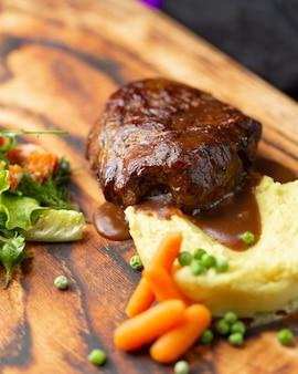 Steak in teriyaki-sauce mit kartoffelpüree, karotten und grünen bohnen.