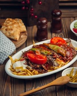 Steak mit frischen tomaten und paprika
