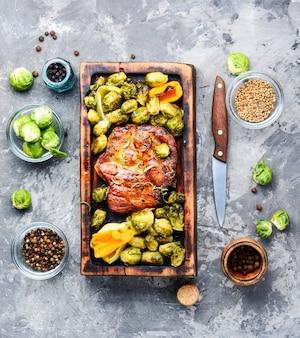 Steak mit gewürzen und gemüse