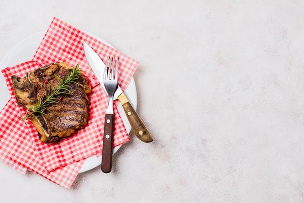 Steak mit knochen auf teller