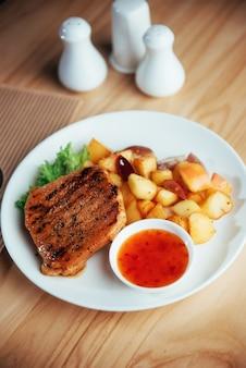 Steak mit knuspriger pommes frites würziger tomatensauce