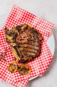Steak mit zwiebeln auf teller