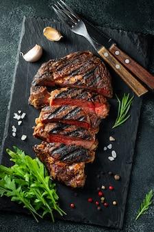 Steak ribeye, gegrillt mit pfeffer und knoblauch.