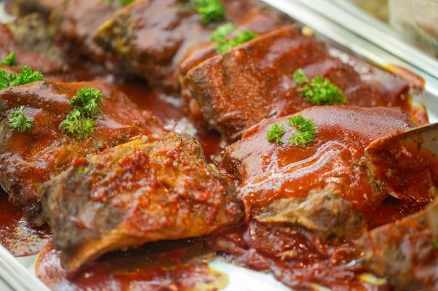 Steak rindfleisch grill gießen sie mit sauce petersilie dekoration zum abendessen servieren