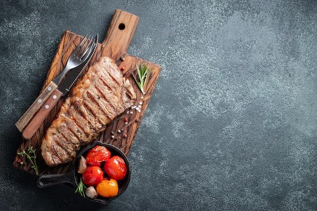 Steak striploin, gegrillt mit pfeffer und knoblauch.