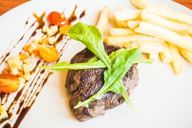 Steak und pommes frites und barbecue-sauce