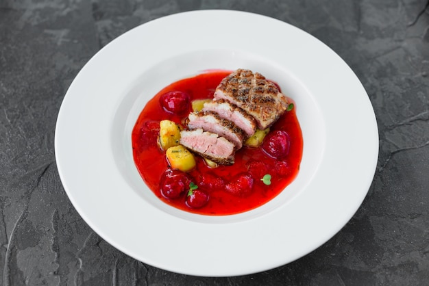 Steak vom entenfilet mit karamellisierten erdbeeren und auberginen