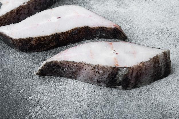 Steaks von fisch und filet von seefisch gefroren, auf grauem steintischhintergrund