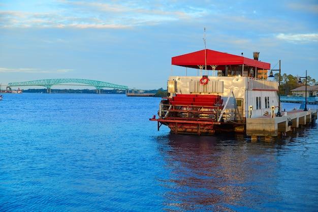 Steamboat in jacksonville florida usa bei sonnenuntergang