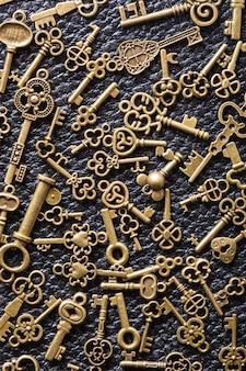 Steampunk alter vintage metallschlüssel hintergrund auf leder