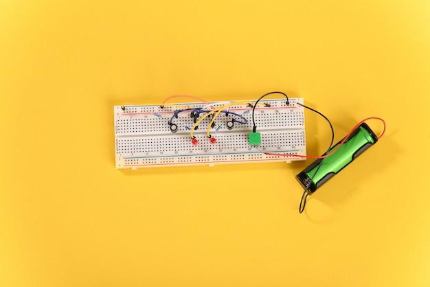 Steckbrett mit elektrischen elementen multivibratorschaltung