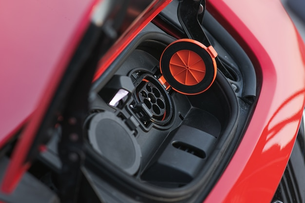 Steckdose des ladegeräts für elektroautos. steckdose für ladegerät für elektroautobatterie mit ladeanzeige, selektiver fokus.