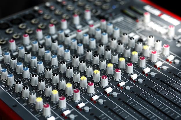 Steckdosen und stecker von musikgeräten