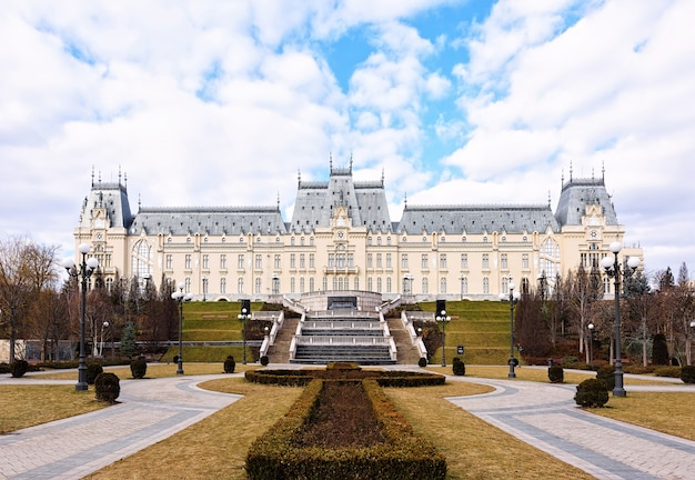 Stefan cel mare palast in iasi, kunst und kultur museum, rumänien, blauer himmel