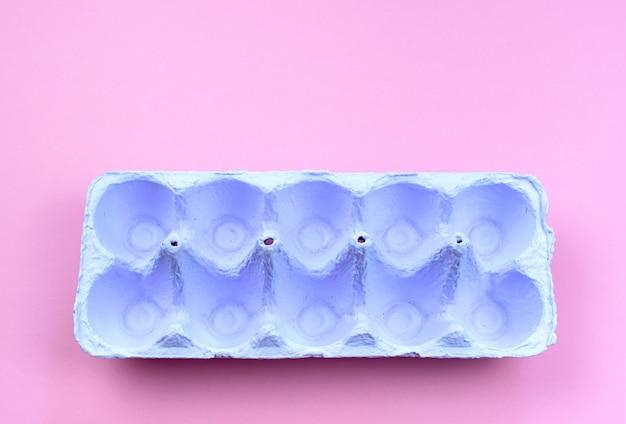 Stehen sie für eier lila auf einem rosa hintergrund.